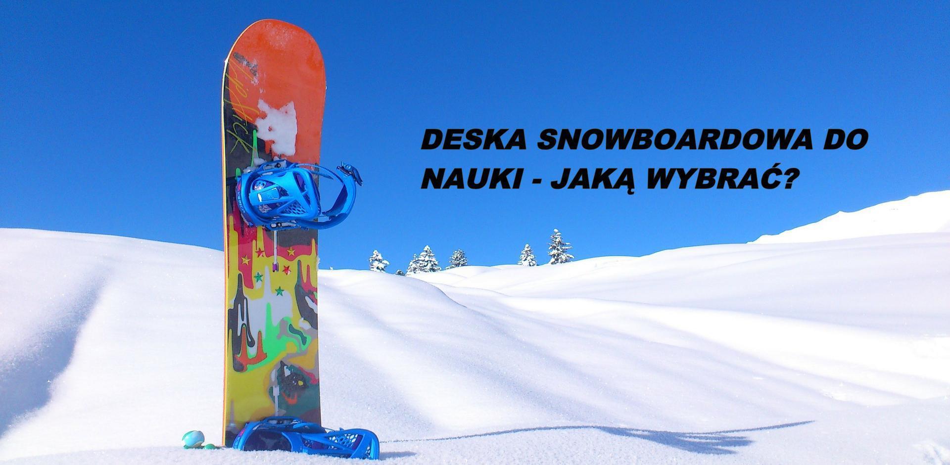 Deska snowboardowa wbita w śnieg na stoku.